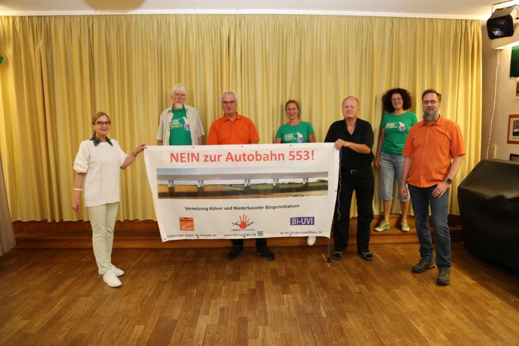 """Foto mit Vertretern der Grünen Niderkassel sowie den drei vernetzten Bürgerinitiativen mit einem Aktionsplakat """"Nein zur Autobahn 553!"""""""